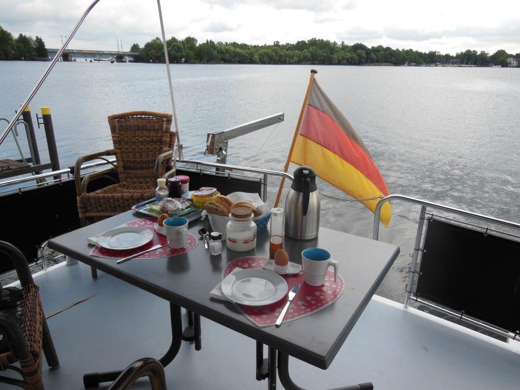 Frühstück auf dem Achterdeck der Lady Dor